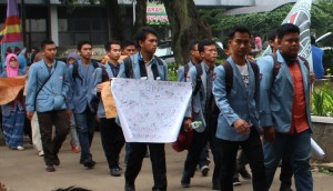 Sejumlah mahasiswa Kampus Daerah UPI turut serta dalam aksi yang digelar BEM Rema terkait Pemilihan Rektor UPI di lingkungan Kampus Bumi Siliwangi, Selasa (14/4).