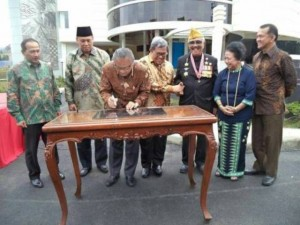 Rektor UPI, Sunaryo Kartadinata menandatangani peresmian Museum Pendidikan Nasional di Kampus UPI, Sabtu (2/5)